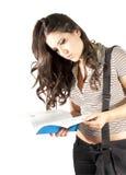 Kursteilnehmermädchen, das ein Buch liest Lizenzfreie Stockfotografie