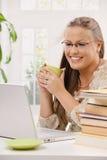 Kursteilnehmermädchen, das Laptop-Computer verwendet Stockbild