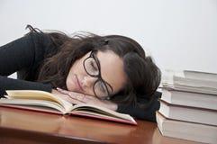 Kursteilnehmermädchen, das vom Lernen stillsteht Stockbild