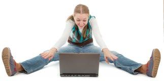Kursteilnehmermädchen und -laptop Stockfotos