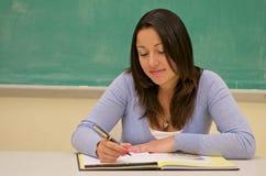 Kursteilnehmerschreibensanmerkungen im Klassenzimmer Stockfoto