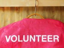 Kurtka z słowo wolontariuszem na nim Fotografia Royalty Free