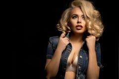 kurtki cajgów seksowna kobieta zdjęcie royalty free