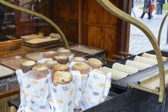 Kurtos kalacs,在市场st的传统匈牙利甜酥皮点心 库存照片