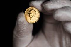 Kurush Ataturk Gold Coin Held mit weißem Handschuh Lizenzfreies Stockfoto