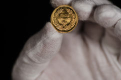 Kurush Ataturk Gold Coin Held mit weißem Handschuh Lizenzfreies Stockbild