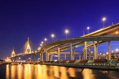 Kurva av motorvägen vid floden i Bangkok royaltyfria foton