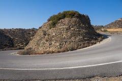 Kurva av vägen med en kulle i mitt arkivbild