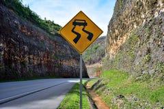 Kurva och halt vägmärke Arkivbilder