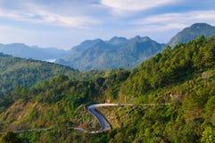 kurvbergväg thailand Royaltyfri Bild