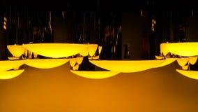 Kurve aus Zylinderlampe mit gelber Beleuchtung heraus Lizenzfreies Stockbild
