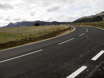 Kurve in der Landschaftsstraße Stockfotografie