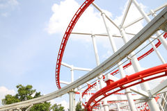 Kurve der roten und weißen Achterbahn Lizenzfreie Stockfotografie