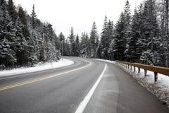 Kurve in der Winterstraße Stockfoto
