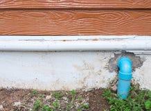 Kurve PVC-Rohrleitung für Entwässerung Stockfotos