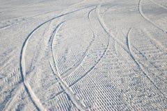 Kurven der Skispur im Schnee Stockfotografie