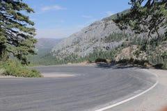 Kurven der Straße unterhalb des Ebbe-Durchlaufs, hohe Sierra Nevada Mountains, Kalifornien lizenzfreies stockfoto