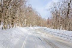 Kurven der Winter-Straße durch einen Wald Lizenzfreies Stockbild
