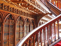 Kurven des Treppenhauses in einer Buchhandlung, Porto, Portugal Stockbilder