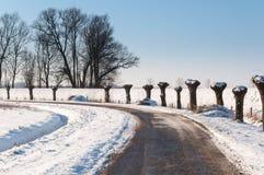 Kurven in einer schneebedeckten niederländischen Landschaft Lizenzfreies Stockfoto
