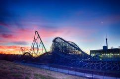 Kurven eines Sonnenuntergangs oder des Sonnenaufgangs Rolle Coasterat Stockfotos