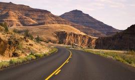 Kurven frequentieren zweispurige Landstraße John Day Fossil Beds Lizenzfreie Stockfotos