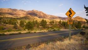 Kurven frequentieren zweispurige Landstraße John Day Fossil Beds Stockfoto