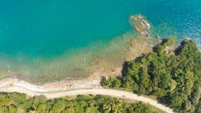 Kurven Sie kurvenreiche Straße entlang der Küste der Philippinen Vogelperspektiven Stockfotografie