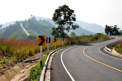 Kurven-Straße auf Berg stockfotos