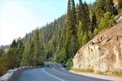 Kurvenreiche Straße bei Emerald Bay State Park stockbilder