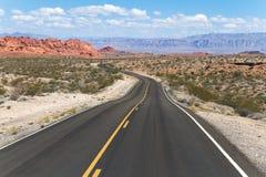 Kurvenreiche Straße in der bunten Wüstenlandschaft Stockfoto