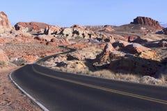 Kurvenreiche Straße in der Steinwüste Stockfotografie