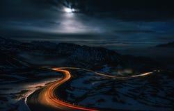 Kurvenreiche Straße des hohen alpinen Straßen-Durchlaufs in der Nacht in Österreich Stockfotos