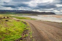 Kurvenreiche Straße, die zu die Küste, Island führt Lizenzfreies Stockbild