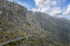 Kurvenreiche Straße durch die Tramuntana-Berge von Mallorca Lizenzfreie Stockbilder
