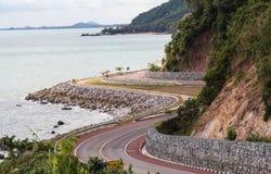 Kurvenreiche Straße entlang dem Strand stockfotografie