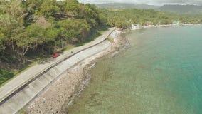 Kurvenreiche Straße entlang der Küste der Philippinen stock video