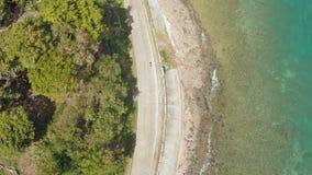 Kurvenreiche Straße entlang der Küste der Philippinen stock footage
