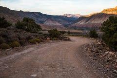 Kurvenreiche Straße im Schatten bei Sonnenuntergang durch die Wüste von südlichem lizenzfreies stockfoto