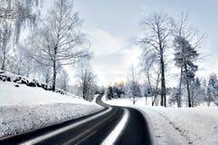 Kurvenreiche Straße im Winter Stockbild