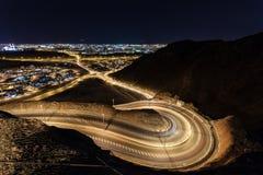 Kurvenreiche Straße in Muscat, Oman Stockbild
