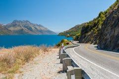 Kurvenreiche Straße und Turquoise See Lizenzfreies Stockbild