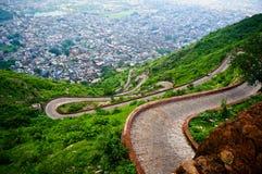 Kurvenreiche Straße von Nargarh-Fort Jaipur Lizenzfreies Stockbild