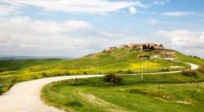 Kurvenreiche Straße zu einem Dorf in Toskana. Lizenzfreies Stockfoto