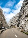 Kurvenreiche Straße zwischen felsigen Bergen lizenzfreies stockbild