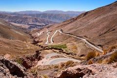 Kurvor av ruta 52 från Purmamarca till Salinas Grandes Royaltyfri Bild