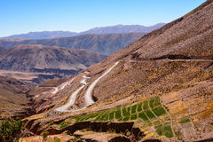 Kurvor av ruta 52 från Purmamarca till Salinas Grandes Fotografering för Bildbyråer