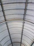 Kurvtaket som göras av metallarket Arkivfoto
