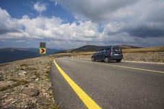 Kurvväg för högt berg Arkivbilder