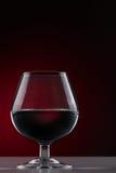 Kurz-aufgehaltenes Glas auf einem dunklen Hintergrund Stockbild